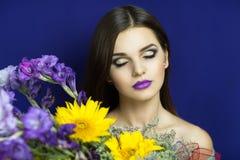 Tournesols jaunes et iris bleus Photographie stock