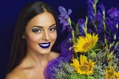 Tournesols jaunes et iris bleus Photo stock