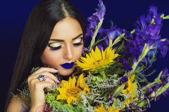 Tournesols jaunes et iris bleus Photo libre de droits