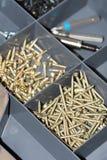 Tournevis avec des vis et des charnières en métal Photo libre de droits