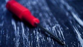 Tournevis pour réparer le mensonge sur la table Les travaux domestiques du ` s d'hommes difficulté photographie stock libre de droits