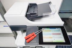 Tournevis rouge pour l'aide de réparation d'imprimante Photo libre de droits