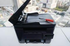 Tournevis rouge sur l'imprimante pour la réparation Photographie stock libre de droits