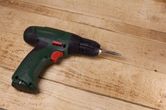 Tournevis sans fil sur le plancher en bois Images libres de droits