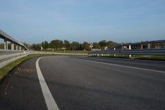 Tournez dans la route avec le rail de garde photographie stock libre de droits