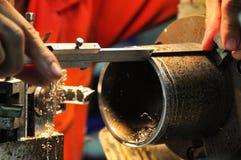 Tournez la machine dans un atelier, une partie du tour La machine de tour est opération sur l'atelier Images stock