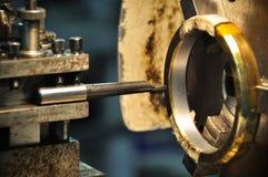 Tournez la machine dans un atelier, une partie du tour La machine de tour est opération sur l'atelier Photographie stock libre de droits