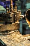 Tournez la machine dans un atelier, une partie du tour La machine de tour est opération sur l'atelier Images libres de droits
