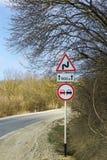 Tournez-vous vers la route et les panneaux routiers du danger Photographie stock libre de droits