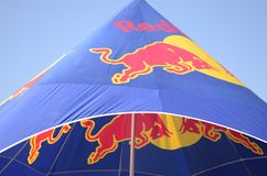 Touro de azul-céu da bebida da energia de Redbull vermelho fotos de stock