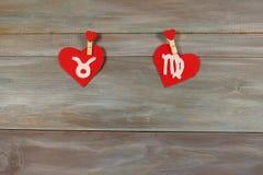 Touro e a virgem sinais do zodíaco e do coração feltro Madeira imagem de stock royalty free
