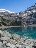 Tourquise étonnant Oeschinnensee avec les Alpes suisses Kandersteg photographie stock