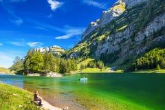 Tourquise despeja Seealpsee con las montañas y el x28 suizos; montaña Santis& x29; , Tierra de Appenzeller, Suiza Imagenes de archivo