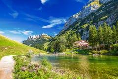 Tourquise despeja Seealpsee con las montañas y el x28 suizos; montaña Santis& x29; , Tierra de Appenzeller, Suiza Imágenes de archivo libres de regalías