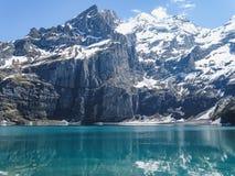 Tourquise stupefacente Oeschinnensee con le alpi svizzere Kandersteg Fotografie Stock
