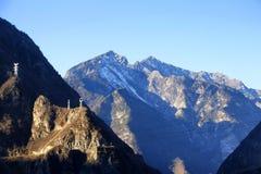 Tours à haute tension de transmission sur la montagne Photographie stock