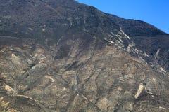 Tours à haute tension de transmission sur la montagne Photo stock