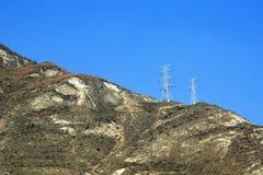 Tours à haute tension de transmission sur la montagne Photo libre de droits