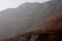 Tours à haute tension de transmission sur la montagne Images stock