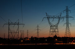 Tours électriques au coucher du soleil Images stock