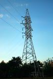 Tours électriques avec des fils Tour à haute tension électrique avec la ligne électrique contre le ciel bleu clair Photo stock