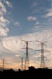 Tours électriques de boîte de vitesses - pylônes de l'électricité Photo libre de droits