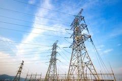 Tours électriques de sous-station électrique électrique à haute tension Photographie stock