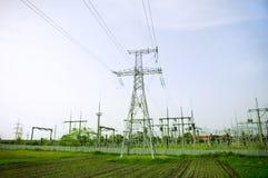 Tours électriques sur le fond de ciel bleu Images stock