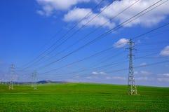 Tours électriques sur un fond du ciel bleu Images stock
