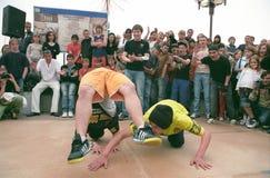 Tours acrobatiques dans l'exécution de jeunes garçons. Photo libre de droits