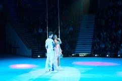 Tours av Moskvacirkusen på is Adagio flyg- gymnaster på matten royaltyfria bilder