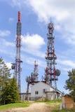 Tours avec le matériel de télécommunication et de transmission Photos libres de droits