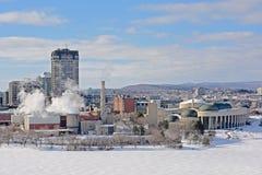Tours ayant beaucoup d'étages de bureau, bâtiments industriels et secteur national de coque de museumin d'histoire en hiver, le l images libres de droits