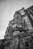 Tours d'église à Prague avec un ciel dramatique Photos stock