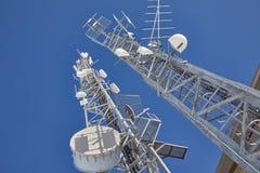 Tours d'émetteur, ciel bleu Image libre de droits