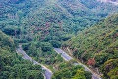 Tours d'épingle à cheveux en montagnes Photographie stock libre de droits