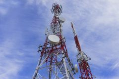 Tours d'antenne de téléphone portable images libres de droits