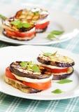 Tours d'aubergine avec du mozzarella et la tomate Photographie stock