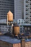 Tours d'eau de dessus de toit sur des constructions de NYC images libres de droits