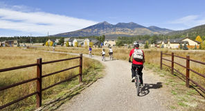 Tours d'une famille de cycliste en automne Photo libre de droits