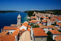 Tours de Bell et toits carrelés de Rab Town, Croatie Photo stock