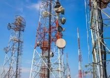 Tours de communication cellulaires sur le ciel bleu Photo libre de droits