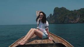 Tours de fille au bord du bateau banque de vidéos
