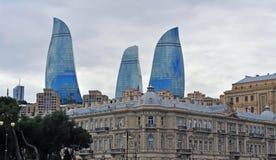 Tours de flamme de ville de Bakou, Azerbaïdjan Photos libres de droits