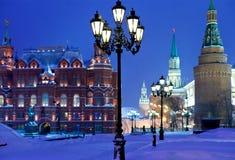 Tours de Kremlin dans la nuit de chute de neige de l'hiver Images libres de droits