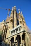 Tours de la cathédrale de Sagrada Familia devant le ciel bleu Images libres de droits