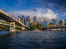 Tours de logement le long de la rivière d'arc à Calgary, Alberta photographie stock