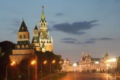 Tours de Moscou Kremlin et bâtiment de GOMME Image stock