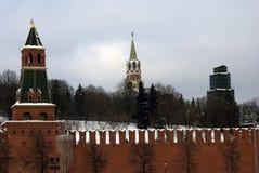Tours de Moscou Kremlin Photo d'hiver de couleur Photographie stock libre de droits
