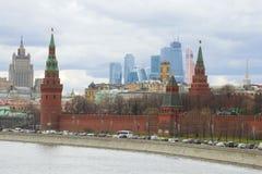 Tours de Moscou Kremlin sur le fond de Moscou moderne Photos stock